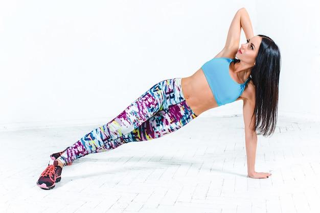 La donna che si allena in una palestra di un centro fitness