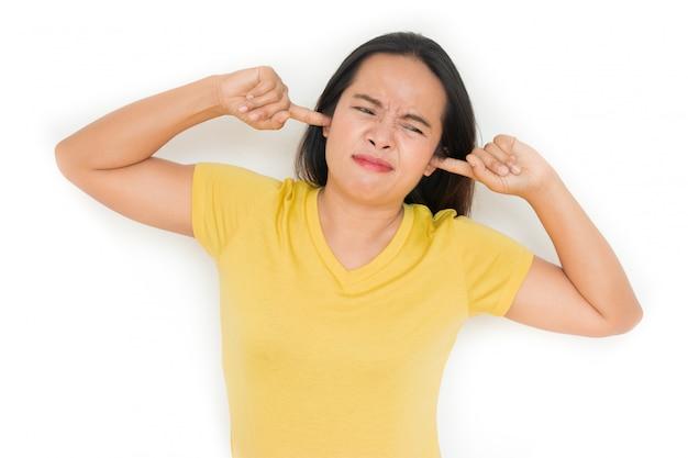 La donna chiuse le orecchie a causa del rumore fastidioso.