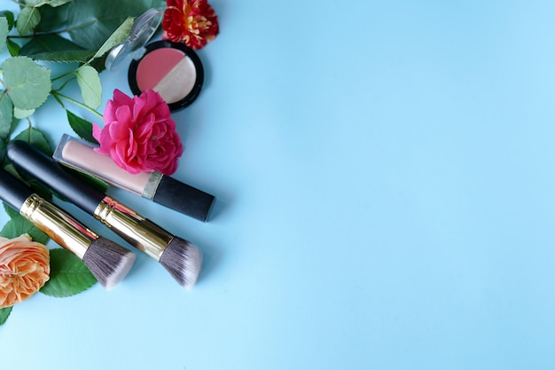 La donna compone i prodotti e gli accessori su blu