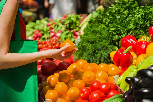 La donna compra i pomodori