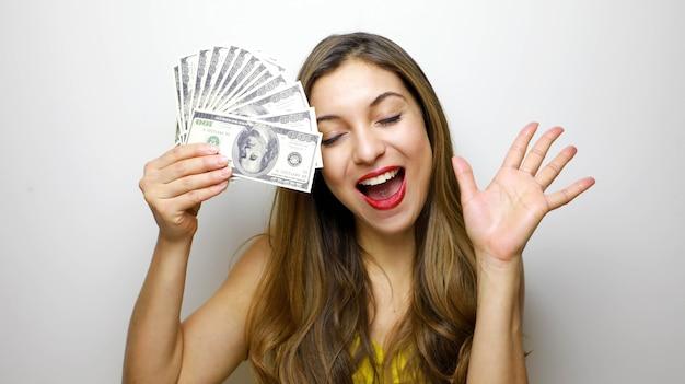 La donna con gli occhi chiusi si copre il viso di dollari