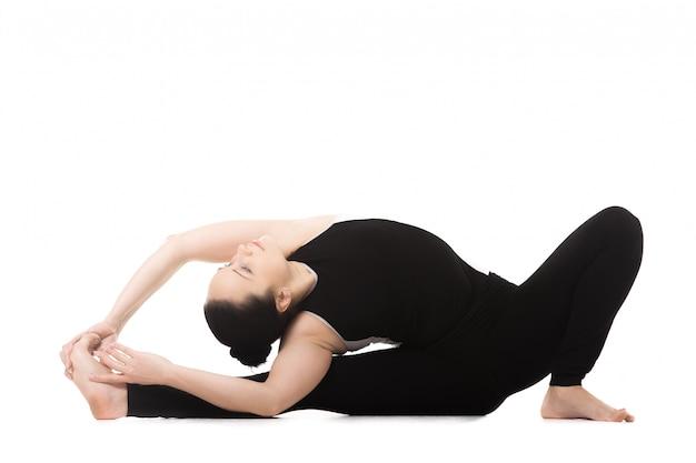 La donna con la schiena alla gamba