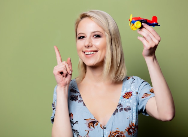 La donna con un aeroplanino giocattolo immagina un viaggio estivo