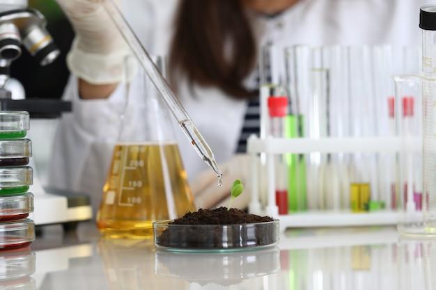La donna conduce campioni di liquidi per analisi chimiche