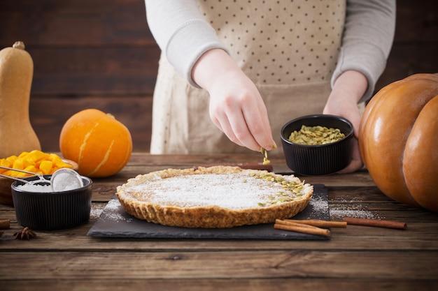 La donna cucina la torta di zucca