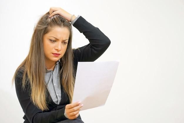 La donna d'affari ha ricevuto una brutta lettera