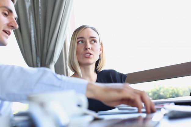 La donna d'affari spiega la politica dell'impresa