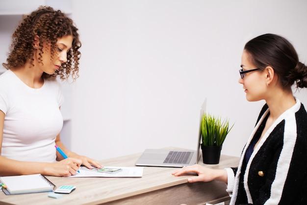 La donna dà una bustarella alla busta per una soluzione di successo