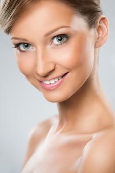 La donna dall'aspetto naturale è felice della sua bellezza