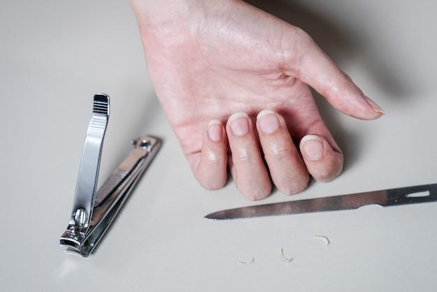 La donna del primo piano prepara tagliare le sue unghie