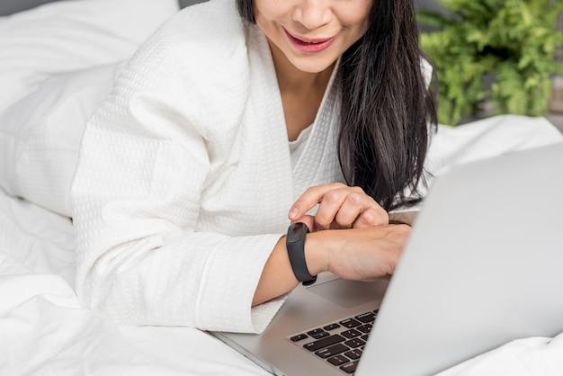 La donna del primo piano risiede nella base con il computer portatile