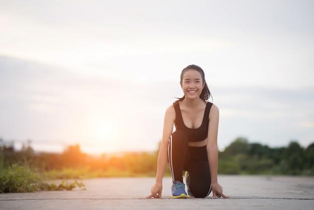 La donna dell'atleta giovane è pronta ad iniziare a correre oa fare jogging