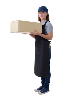 La donna della consegna in camicia grigia e grembiule sta tenendo le scatole isolate