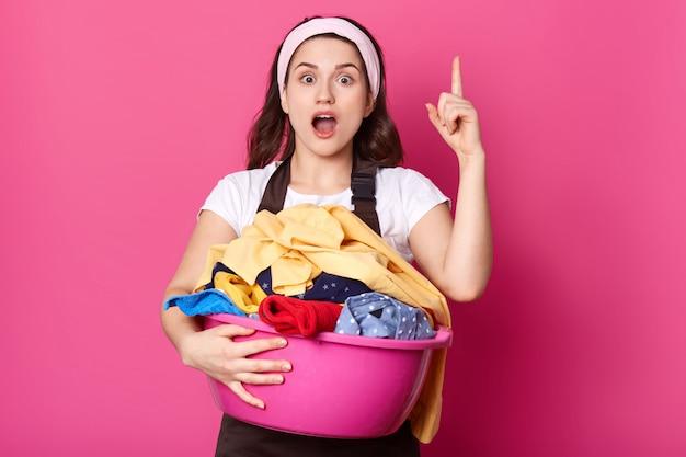 La donna delle pulizie occupata creativa pazza alza il dito