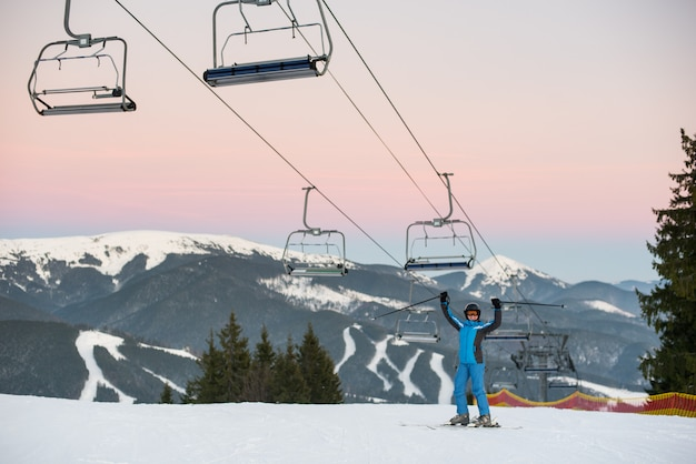 La donna dello sciatore sollevata attacca sulla stazione sciistica