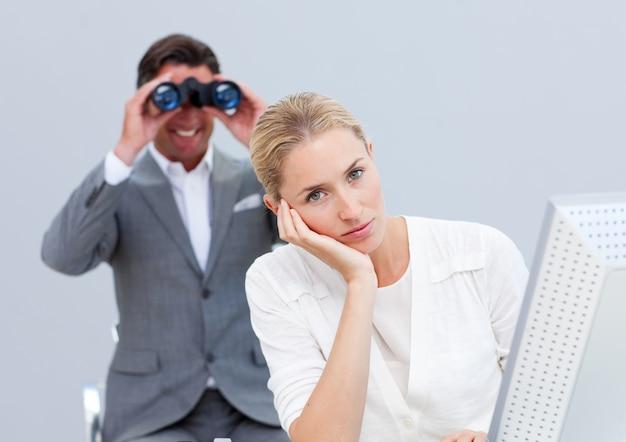 La donna di affari bionda si è infastidita da un uomo che osserva tramite il binocolo