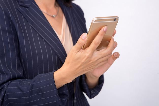 La donna di affari controlla le sue e-mail sul suo smartphone del dispositivo del telefono cellulare