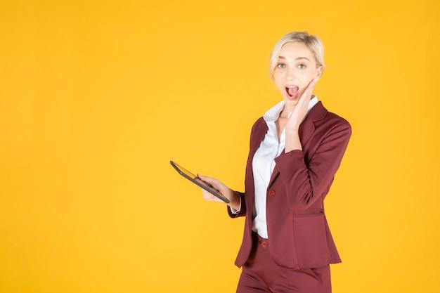 La donna di affari è sorprendente nel fondo di giallo dello studio