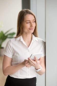 La donna di affari gode dell'organizzatore pratico del computer