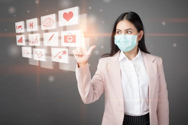 La donna di affari sta indossando la maschera che tocca i segni medici digitali sullo schermo virtuale