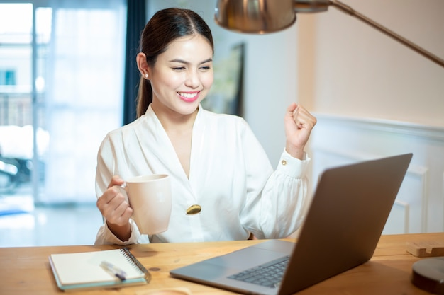 La donna di affari sta lavorando nella sua scrivania