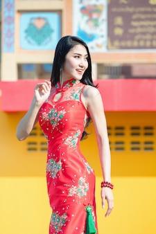 La donna di bellezza e tiene i sacchetti della spesa durante il nuovo anno cinese