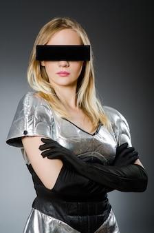 La donna di tecnologia nel concetto futuristico