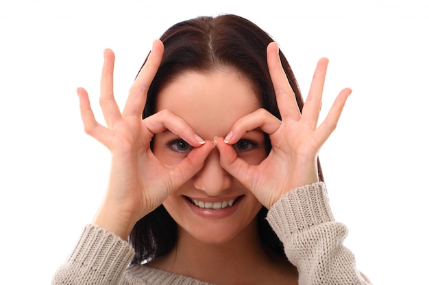 La donna divertente fa i vetri con le dita