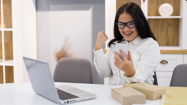 La donna è felice dopo aver acquistato una cosa nuova