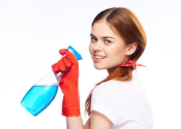 La donna è impegnata nella pulizia e disinfezione con guanti di gomma