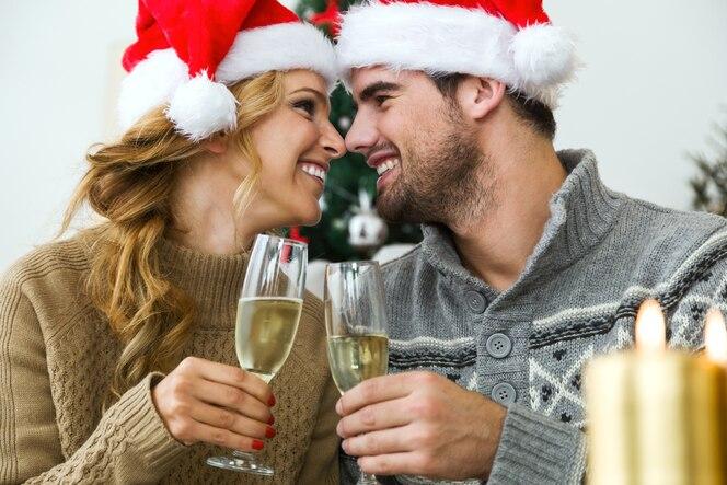 La donna e l'uomo con bicchieri di champagne guardandosi negli occhi