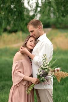 La donna e l'uomo belli e felici si toccano delicatamente