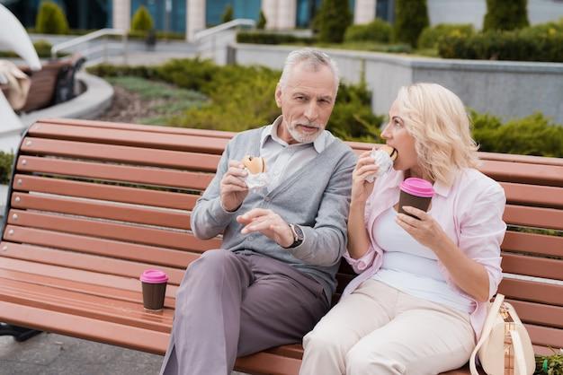 La donna e l'uomo hanno deciso di fare uno spuntino dopo la passeggiata.
