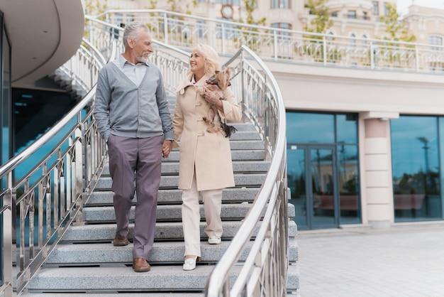 La donna e l'uomo salgono i gradini nel parco.