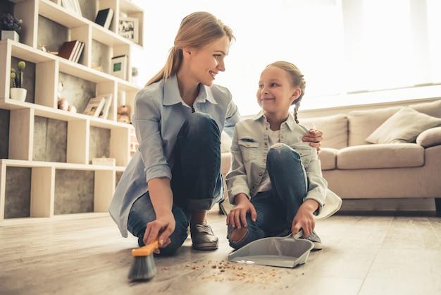 La donna e la sua piccola figlia sveglia stanno parlando e sorridendo.