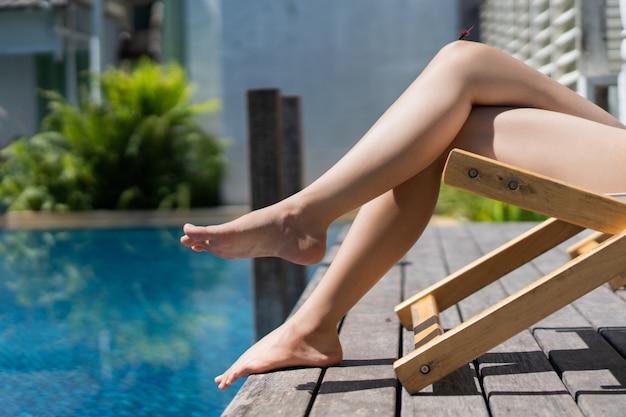 La donna è seduta su una sedia rilassante nel summe