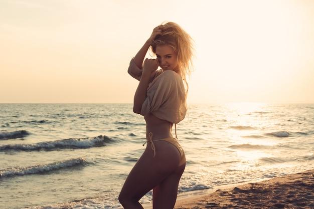 La donna è sola in spiaggia