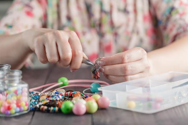 La donna fa gioielli fatti a mano
