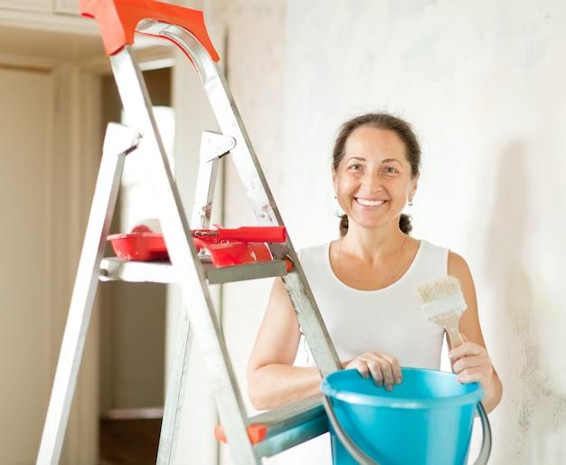 La donna fa le riparazioni a casa