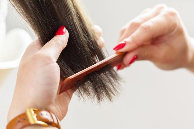La donna fa un taglio di capelli