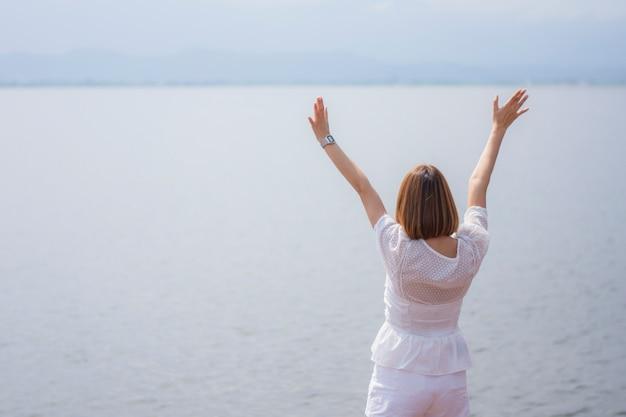 La donna felice aprì le mani