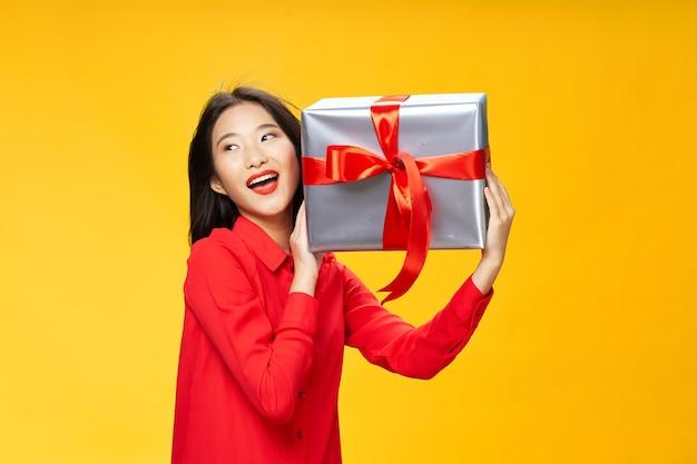 La donna felice con i regali nelle sue mani ride