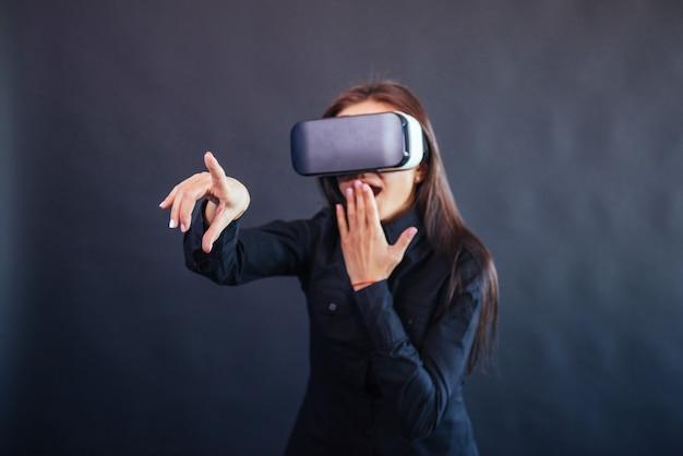 La donna felice ottiene l'esperienza dell'uso delle cuffie per realtà virtuale con occhiali vr.