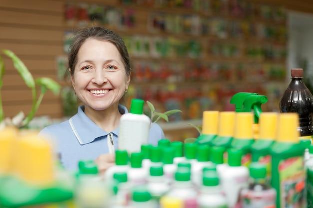 La donna felice sceglie il fertilizzante liquido