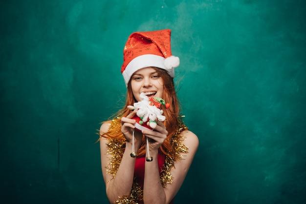 La donna festeggia il natale e il nuovo anno