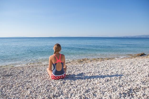 La donna gode della vacanza tropicale. riposo rilassante sulla spiaggia vicino al mare. grecia