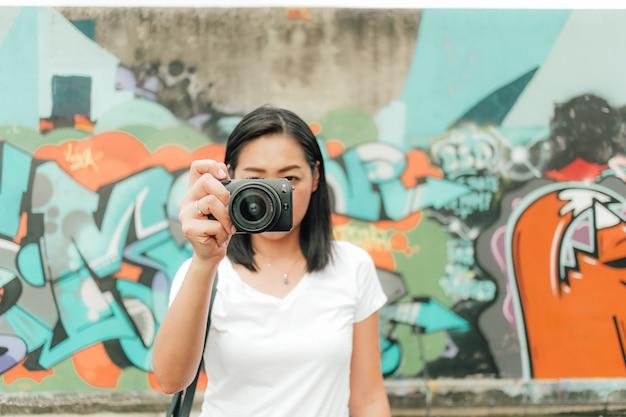 La donna gode di scattare foto di un edificio abbandonato sconosciuto.