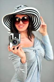 La donna graziosa scatta una foto