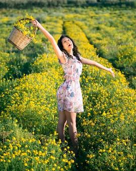 La donna grida felice tra le margherite gialle
