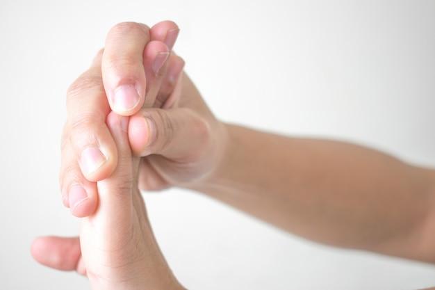 La donna ha dolore alla mano con isolato su bianco